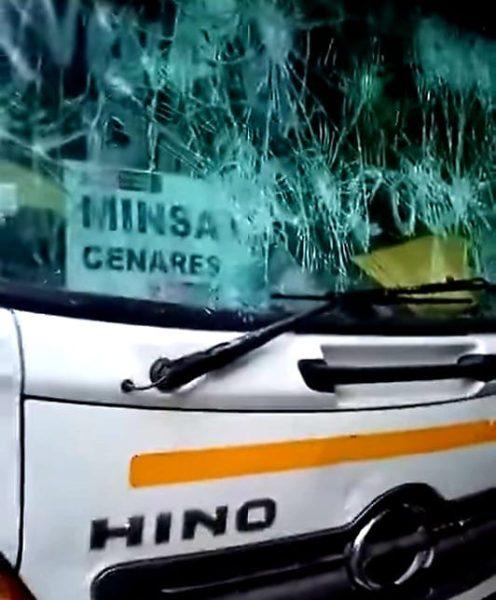 Cocaleros atacan vehículo del Minsa en Madre de Dios y secuestran a conductores