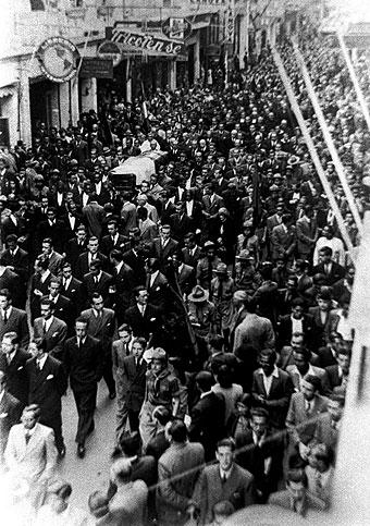 Entierro de José de la Riva Agüero en 1944, murió en el hotel